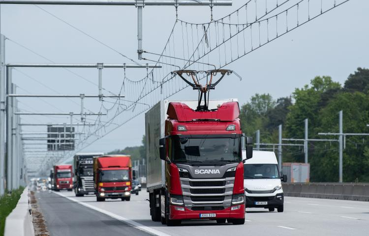 07 May 2019, Hessen, Darmstadt: A Scania R450 Hybrid tractor (M) is driving with the pantograph extended during the commissioning of the first German test track for electric trucks with overhead contact line on motorway 5 (A5). The eHighway will be tested in public road traffic for the first time on the 10-kilometer test track between the Langen/Mörfelden and Weiterstadt junctions. Photo: Silas Stein/dpa Photo via Newscom