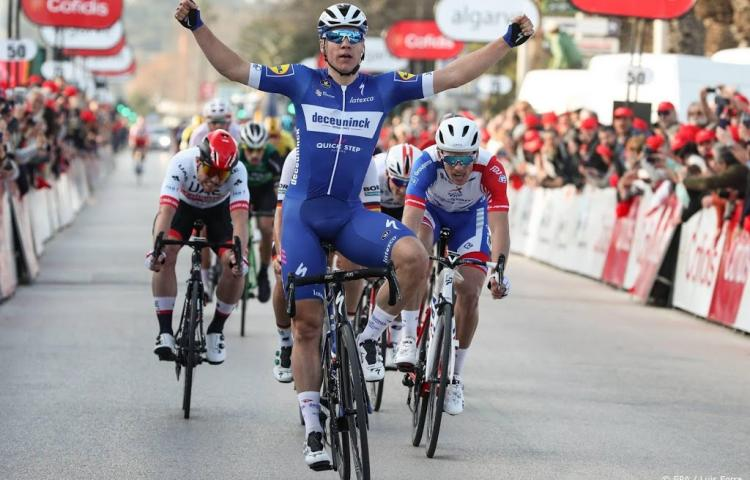 Jakobsen sprint naar ritzege in Californië