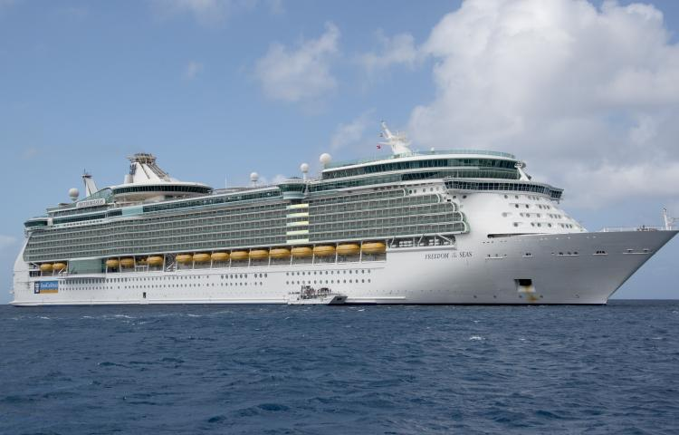 The Royal Caribbean Freedom of the Seas, which carries 4,515 passengers and 1,360 crew, and the Celebrity Reflection, which carries 3,609 passengers and 1271 crew, in the harbor of George Town, Grand Cayman in the Cayman Islands on Tuesday, December 20, 2016. The smaller boat is a tender to ferry passengers back and forth to the island.  - NO WIRE SERVICE - Photo: Ron Sachs/Consolidated/dpa